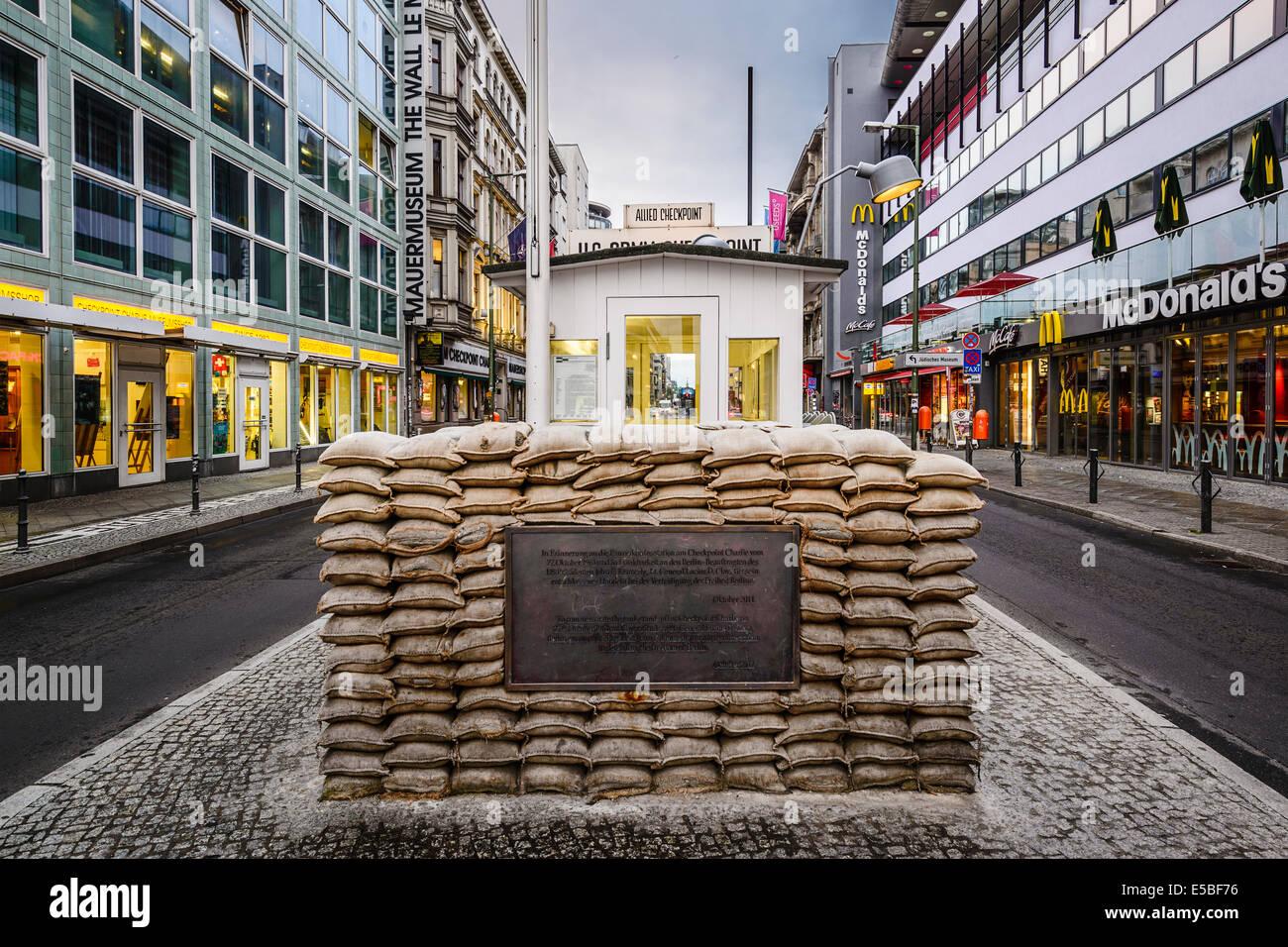 El Checkpoint Charlie, en Berlín, Alemania. Imagen De Stock