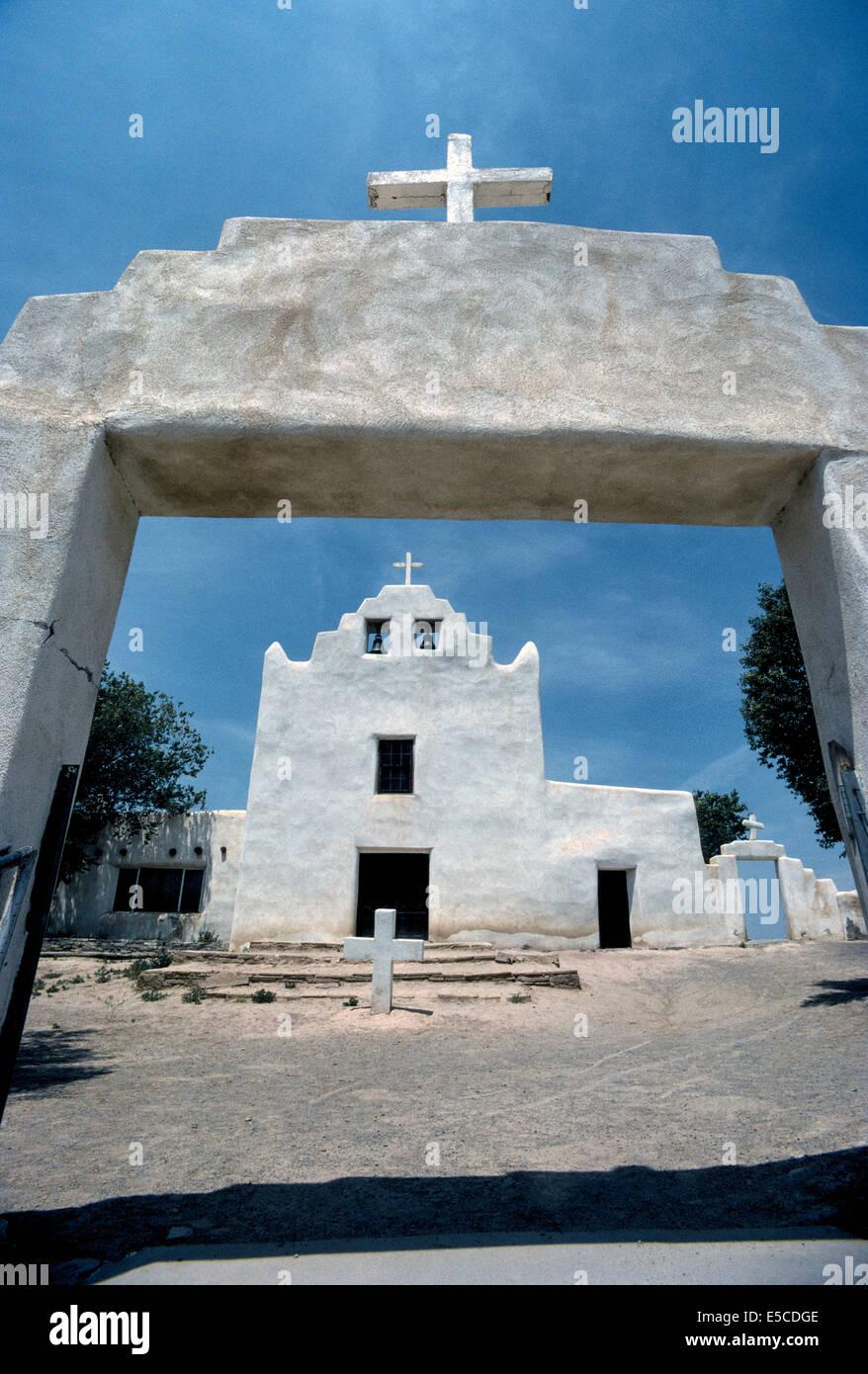 Un gateway que enmarca la Iglesia de la Misión de San José que fue construido por los indios desde 1699-1701 en Foto de stock