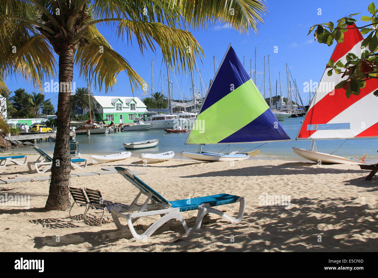 Windsurf Boards sentado en un hotel de playa cerca de Falmouth Harbor Marina en Antigua Barbuda. Imagen De Stock