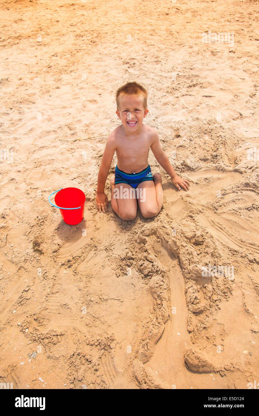 Pequeño muchacho en la playa Foto de stock