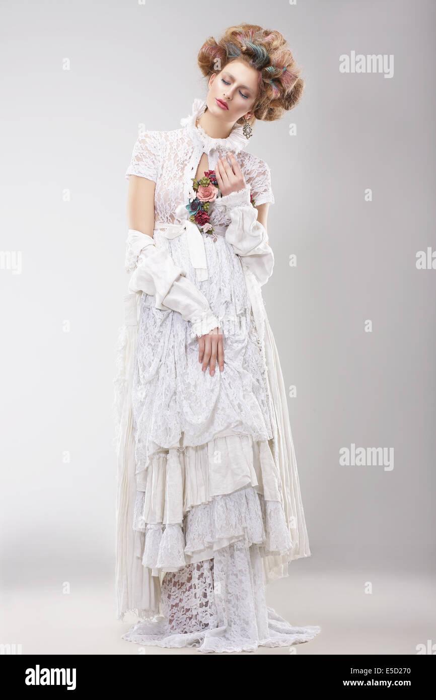 Outre preciosa hembra en Lacy vestido blanco con flores. Imagen De Stock