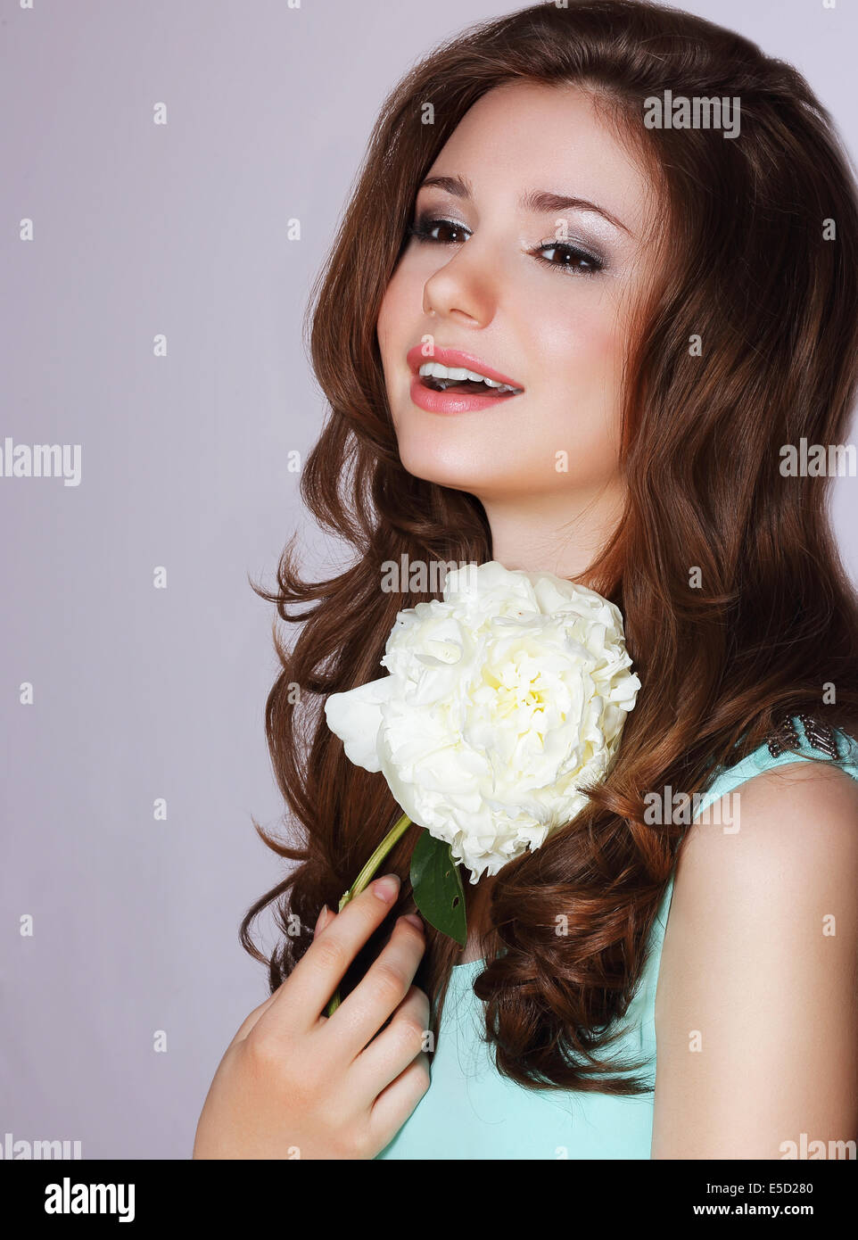 La frescura. Feliz mujer con Peonía sonriendo Imagen De Stock