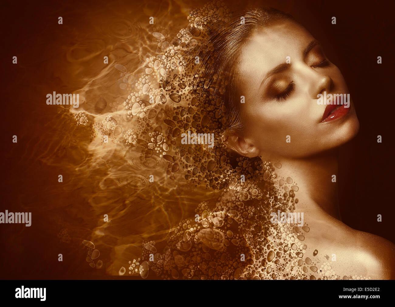 Salpicaduras de oro. Mujer futurista con bronceados pintados de piel. Fantasy Imagen De Stock