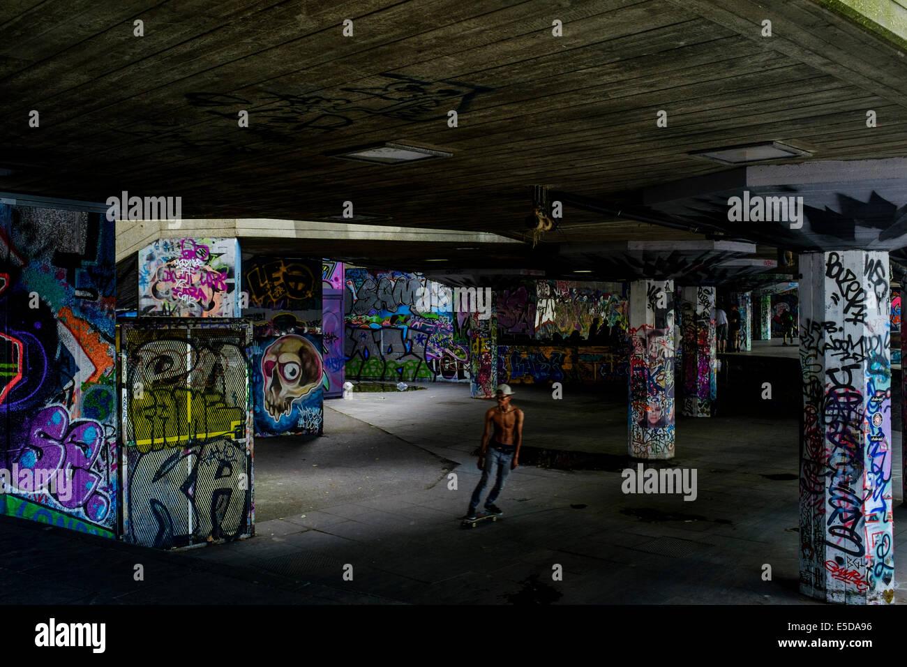 Fotografía urbana de Londres: Lone skater en el Southbank skatepark, Londres, Reino Unido. Imagen De Stock