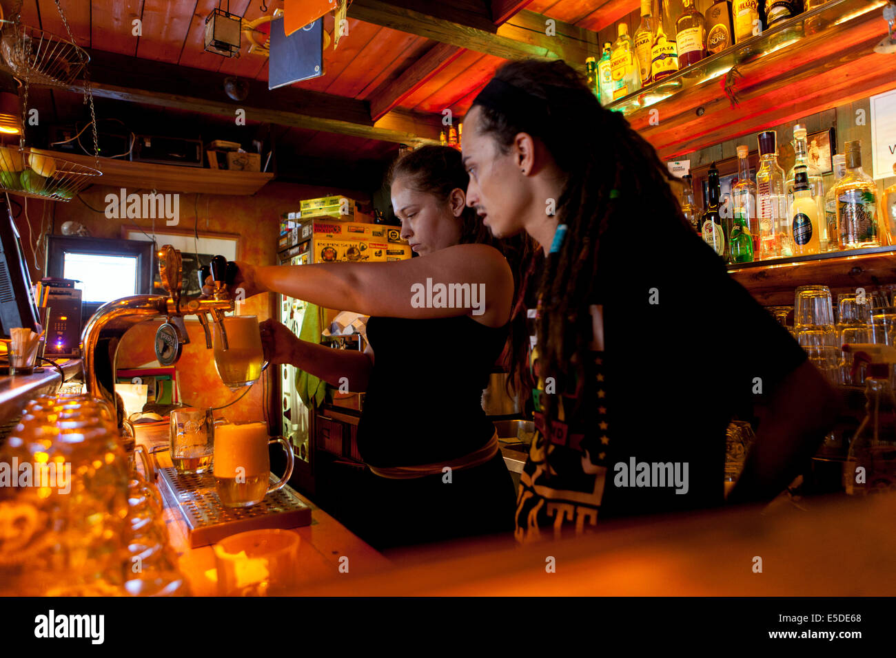 El personal del bar Znama firme, Zizkov, Praga República Checa Imagen De Stock