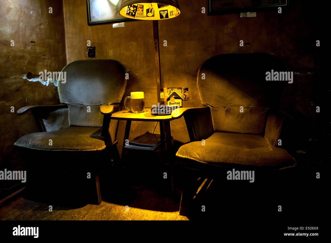 Bar Znama firme, atmósfera con lámpara y cerveza, Zizkov, Praga, República Checa Imagen De Stock
