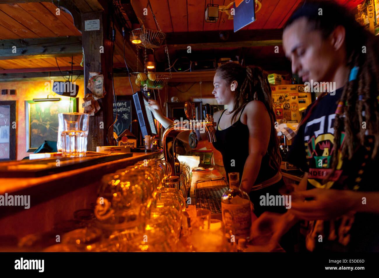 El personal del bar de Praga Znama firme, Zizkov, Praga República Checa Imagen De Stock