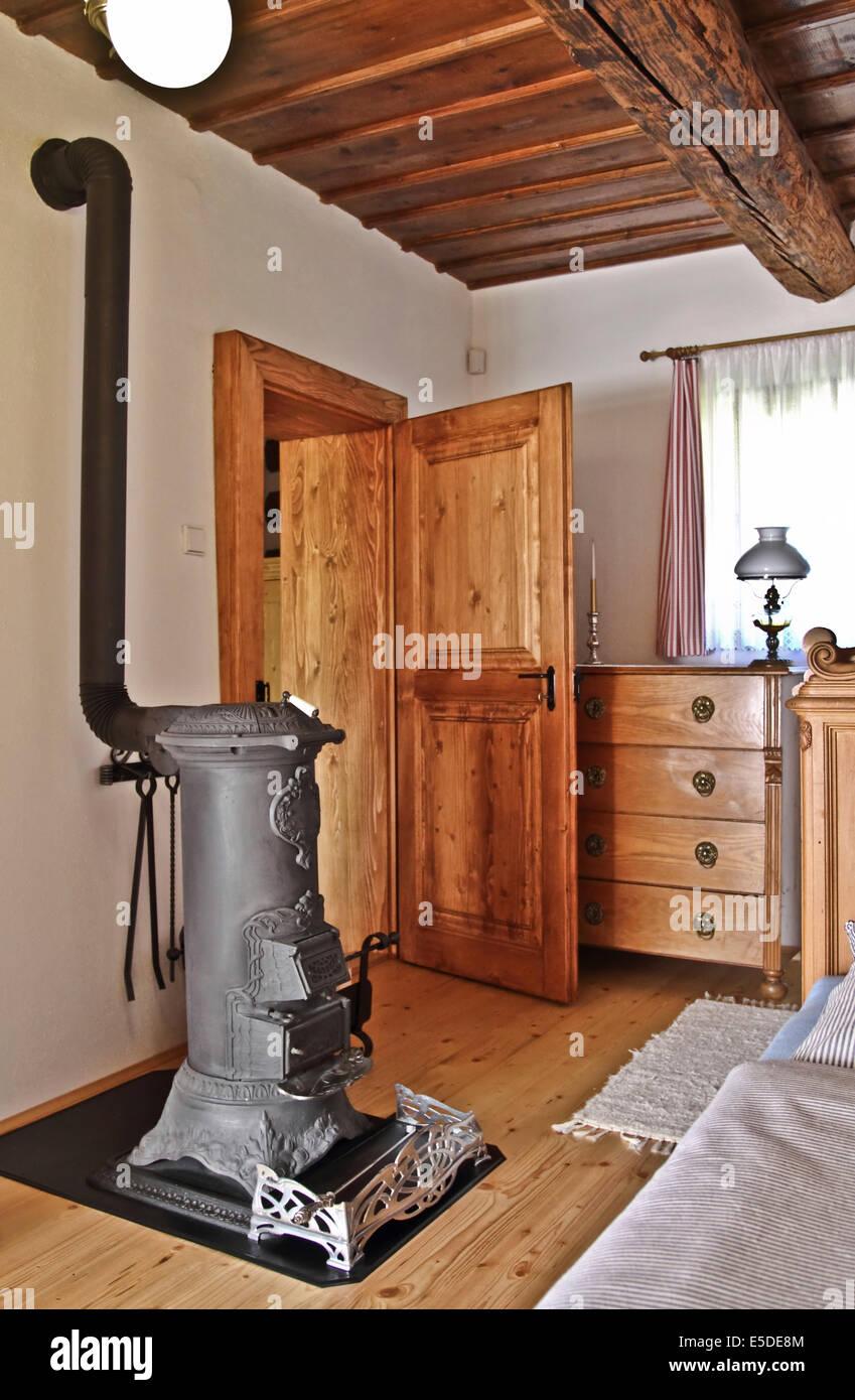 Comedor con estufa de leña y muebles antiguos Foto & Imagen ...