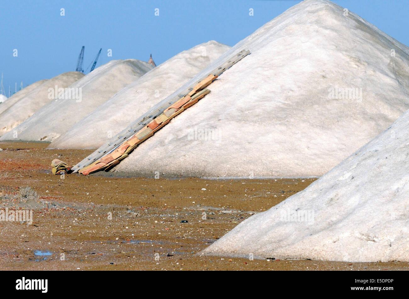 Montones de sal en las salinas de Trapani, Sicilia Imagen De Stock