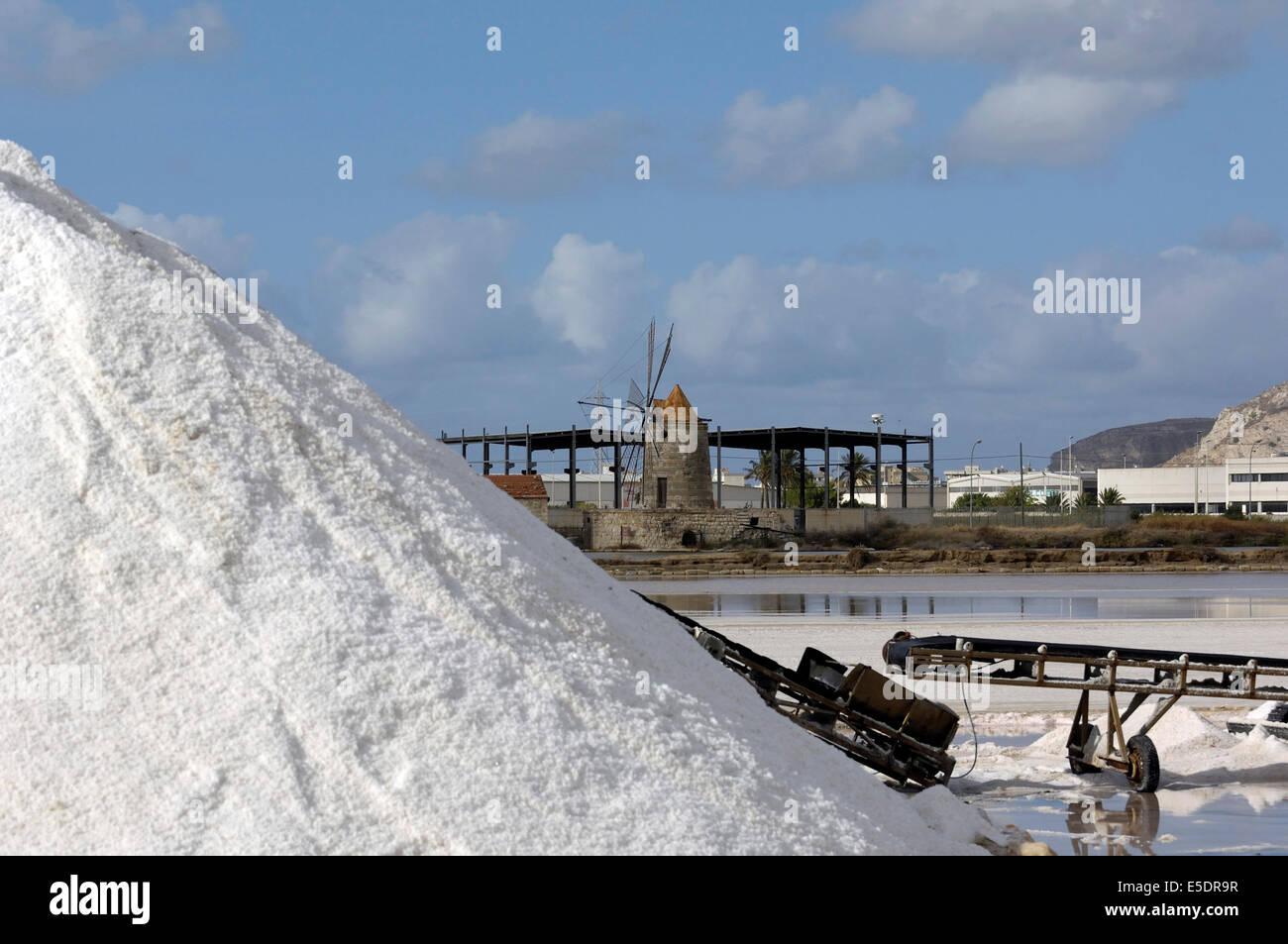 Los montones de sal en las salinas de Trapani, Sicilia Imagen De Stock