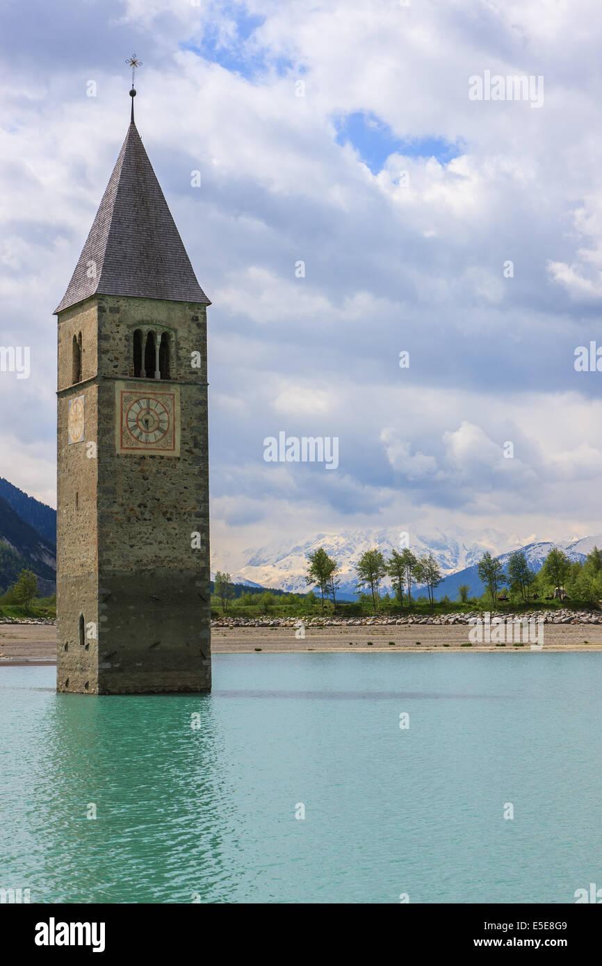 La torre campanario en Reschensee, en la frontera de Italia y Austria Imagen De Stock