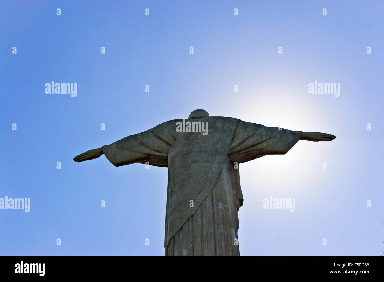 Vista trasera de la estatua del Cristo Redentor en la montaña de Corcovado, Río de Janeiro, Brasil Imagen De Stock