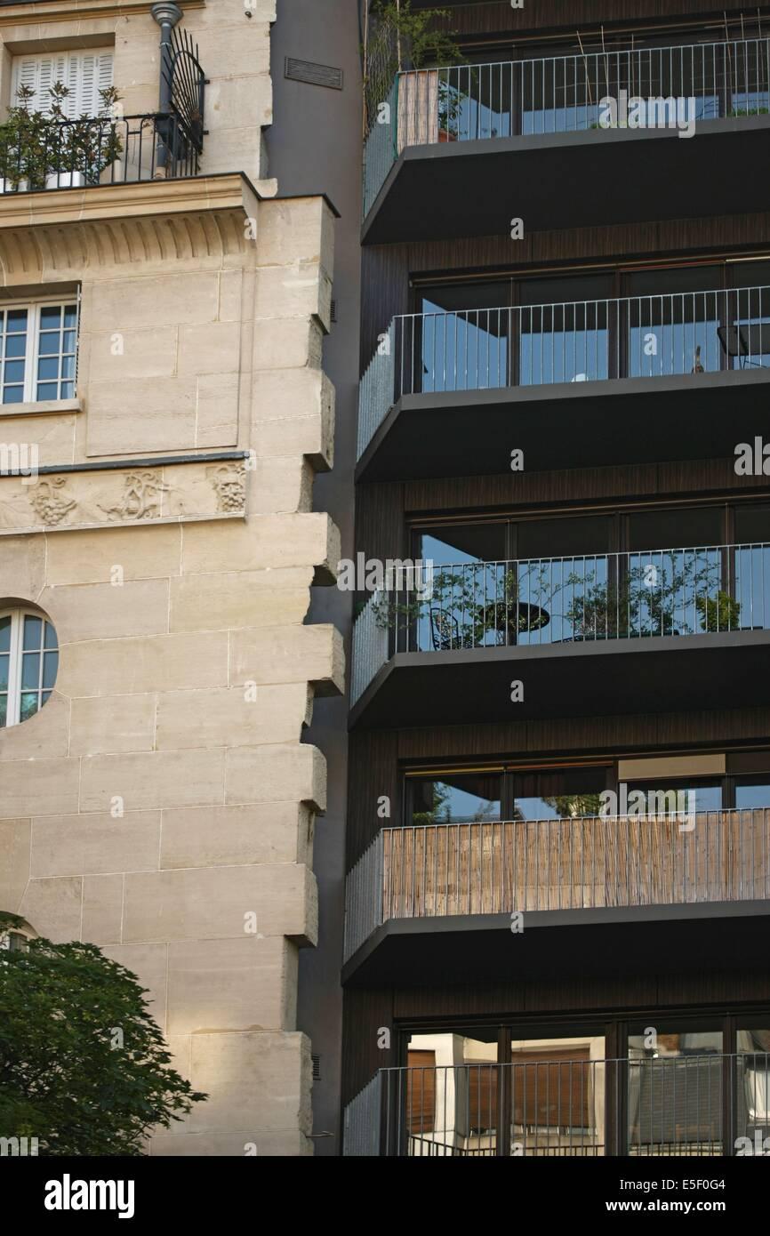 Francia, parís 14e arrondissement, vers le 233 boulevard raspail, immeuble haussmannien avec ses pierres d'attente et raccord d'un immeuble des annees 2000 Foto de stock
