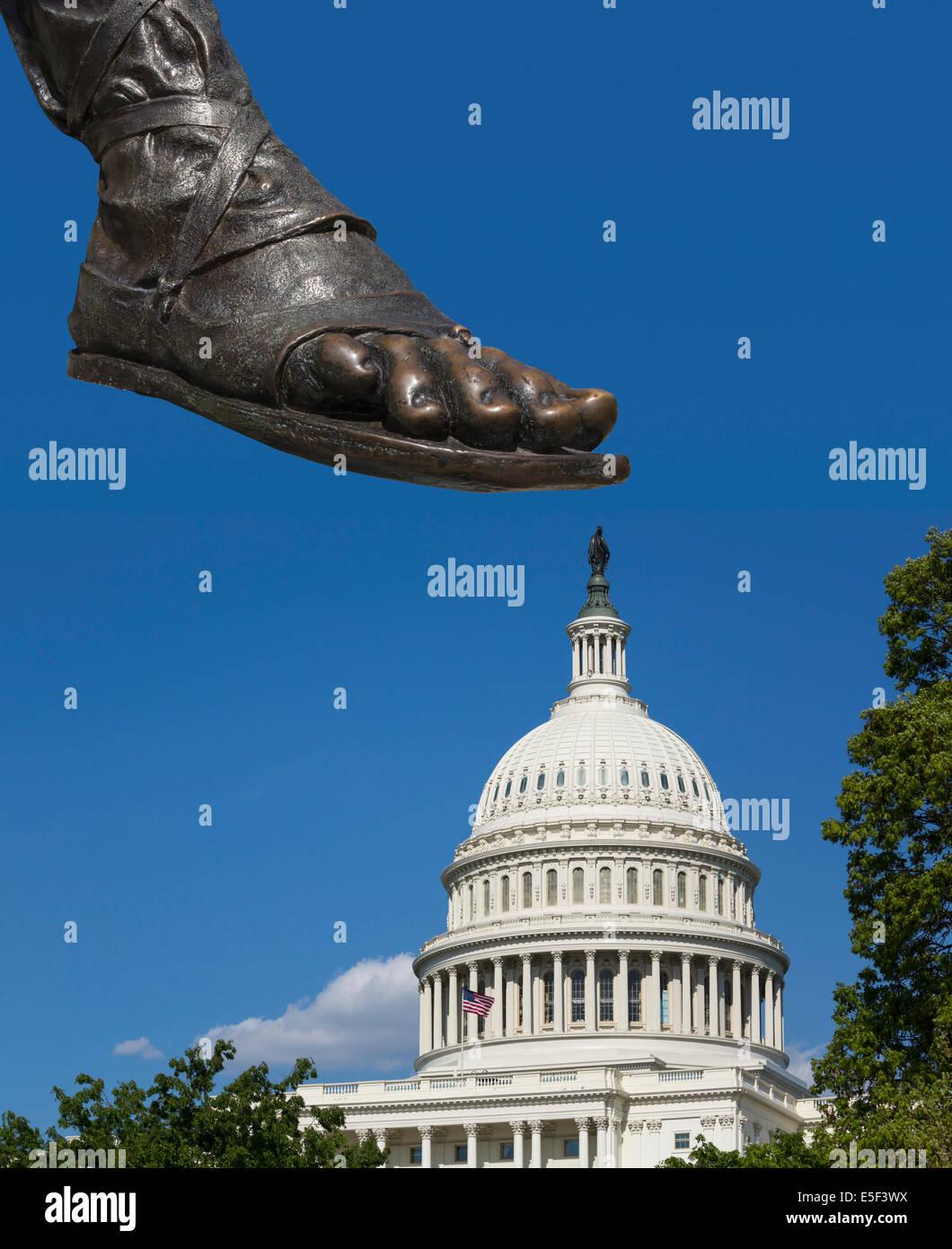 Pie de una estatua el estampado en la cúpula del edificio del Capitolio, en Washington DC, EE.UU. - la desaprobación Imagen De Stock