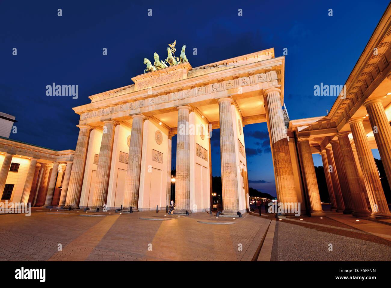 Alemania, Berlín: la Puerta de Brandenburgo de noche Imagen De Stock