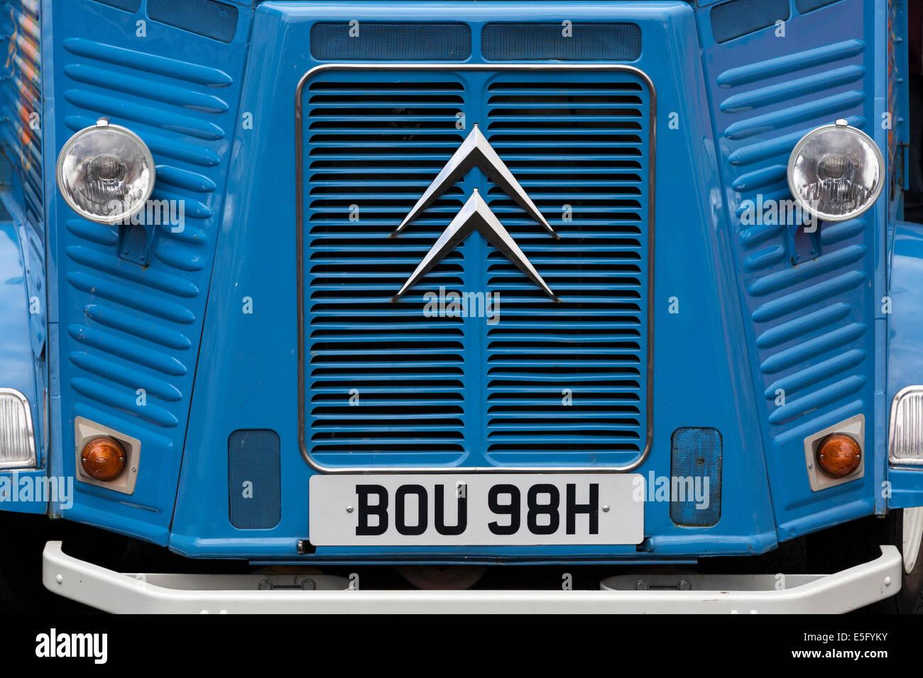 Parrilla frontal y faros de 1971 Citroën H van. Este es un modelo de edición limitada que se ha convertido ahora en un artículo de coleccionistas Foto de stock
