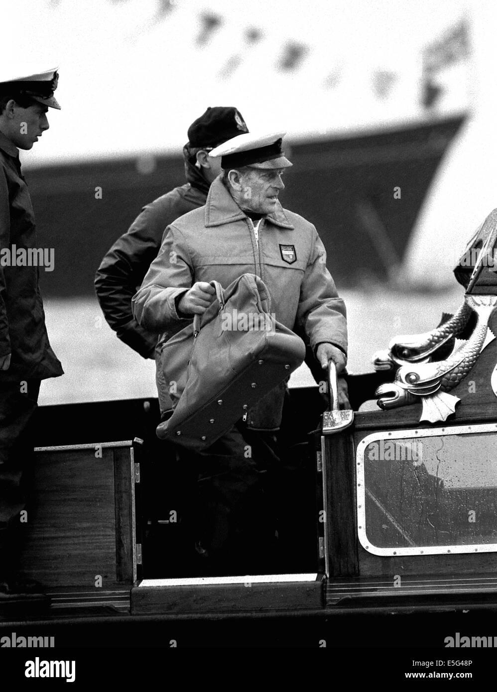 AJAXNETPHOTO. Agosto, 1985. COWES, Inglaterra, - el duque SE UNE A VELERO - Su Alteza Real el Príncipe Felipe, Imagen De Stock