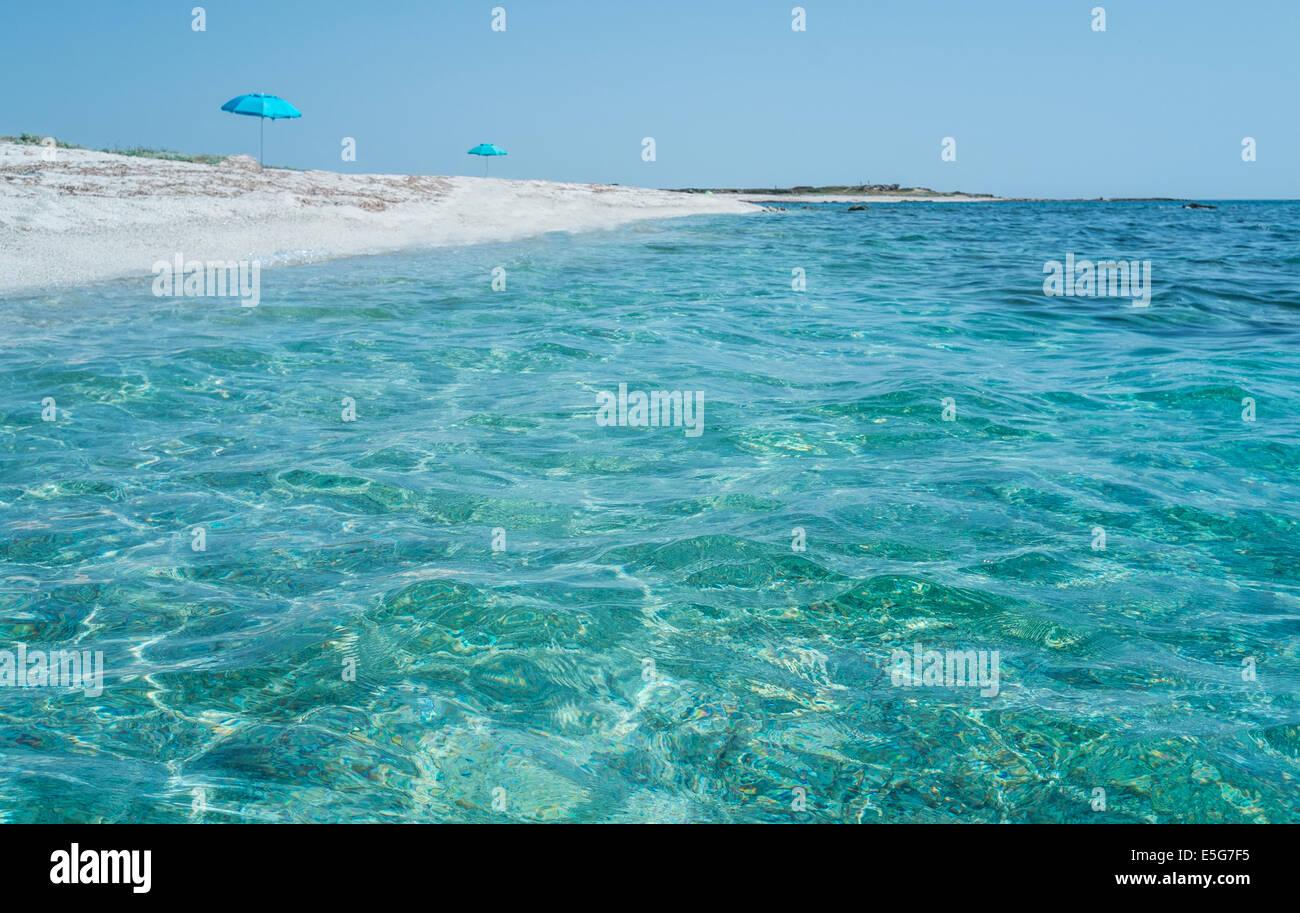 Agua azul transparente es playa Aruttas en Oristano (Cerdeña, Italia) Foto de stock
