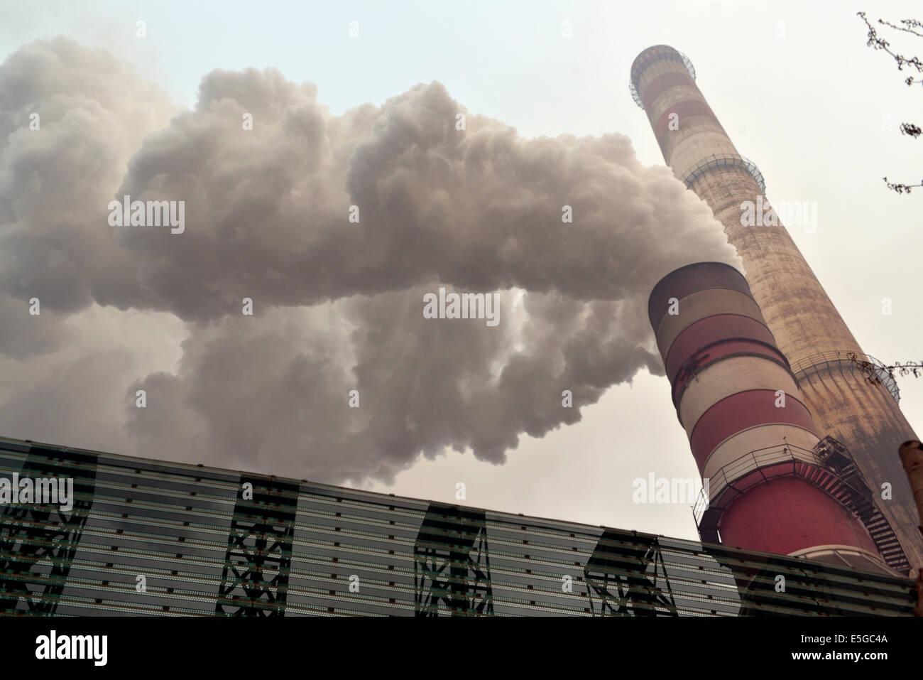 Emisión de humo negro de la chimenea de una fábrica de hierro y acero privado en Tangshan, provincia de Imagen De Stock