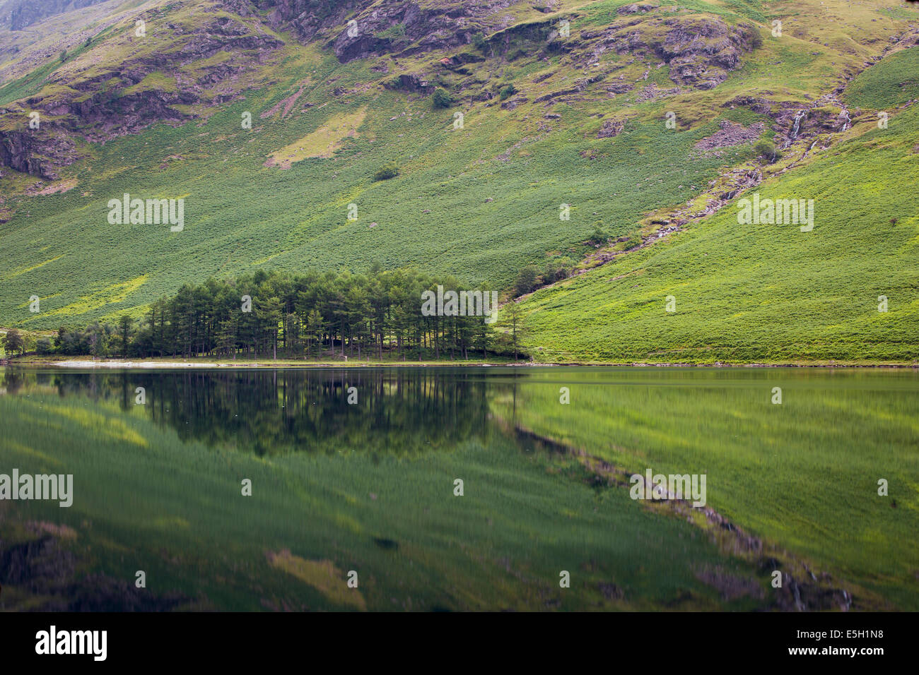 Reflexiones previas al amanecer sobre el lago Buttermere, Cumbria, Lake District, Inglaterra Foto de stock