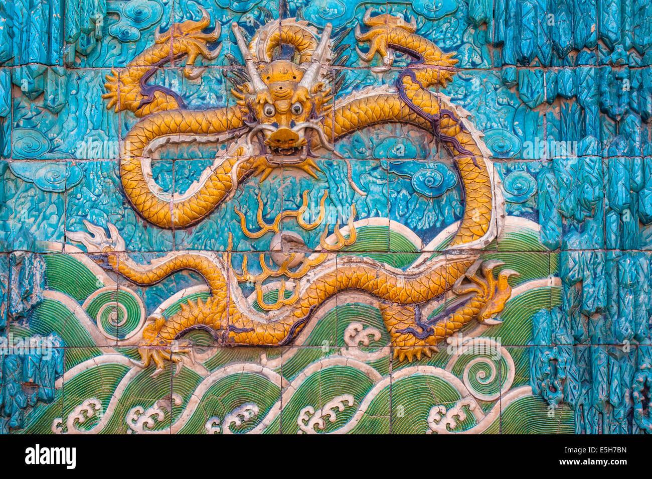 Escultura de dragón en la pantalla Muro de la Ciudad Prohibida. Foto de stock