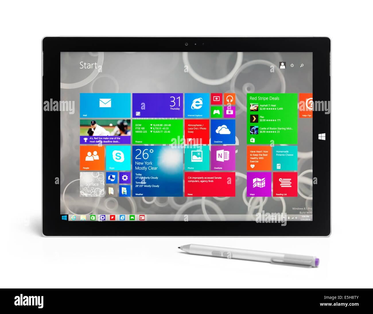 Microsoft Surface Pro 3 tablet PC con un lápiz aislado sobre fondo blanco con trazado de recorte Imagen De Stock