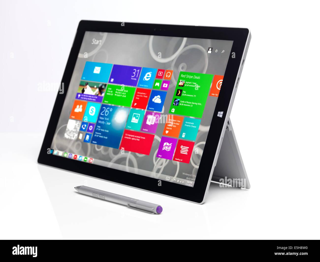 Microsoft Surface Pro 3 tablet PC con Windows 8 Pantalla de inicio en la pantalla aislado sobre fondo blanco. Imagen De Stock