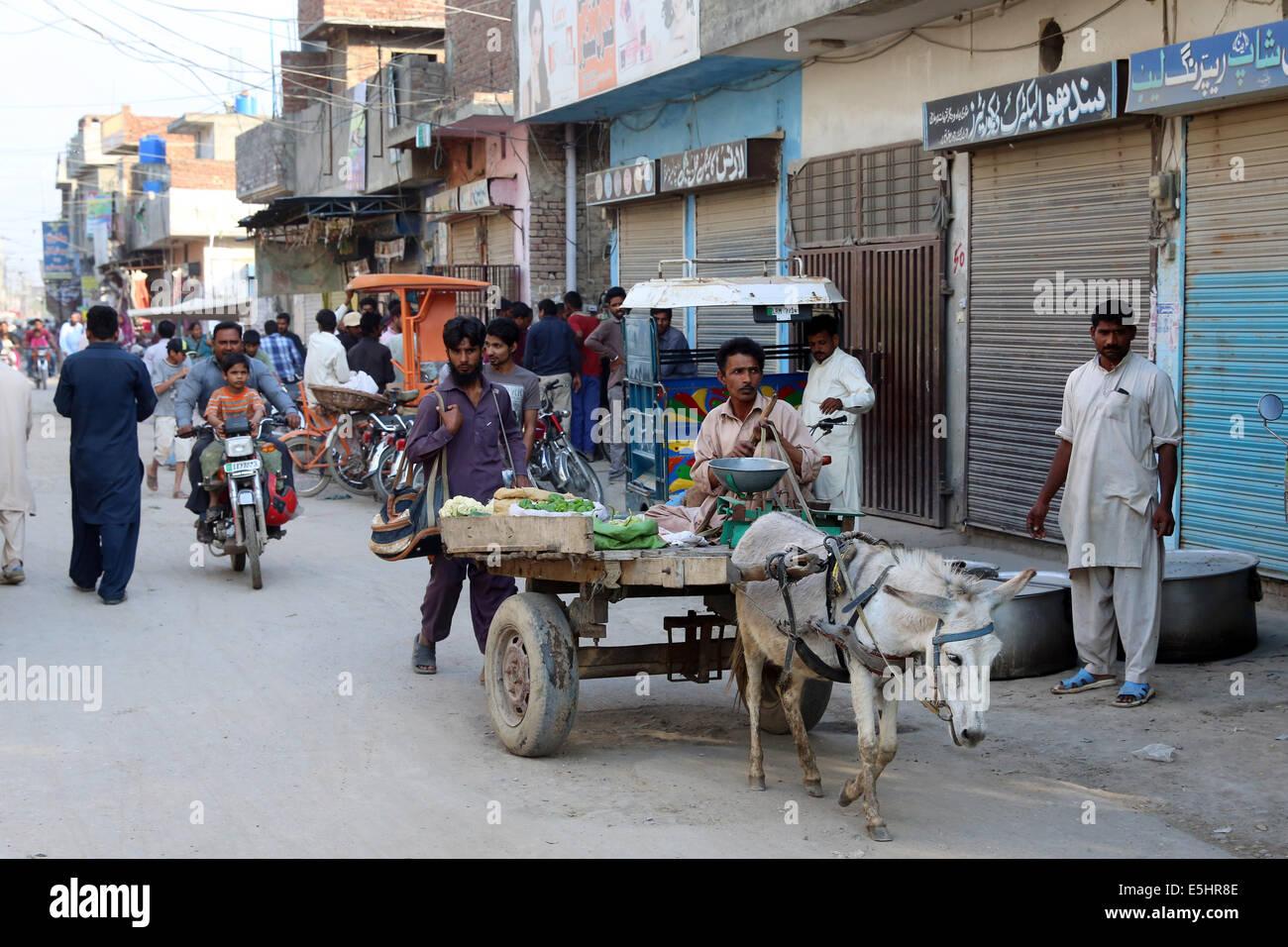 Escena de una calle de la colonia Youhanabad, Lahore, Pakistán Foto de stock