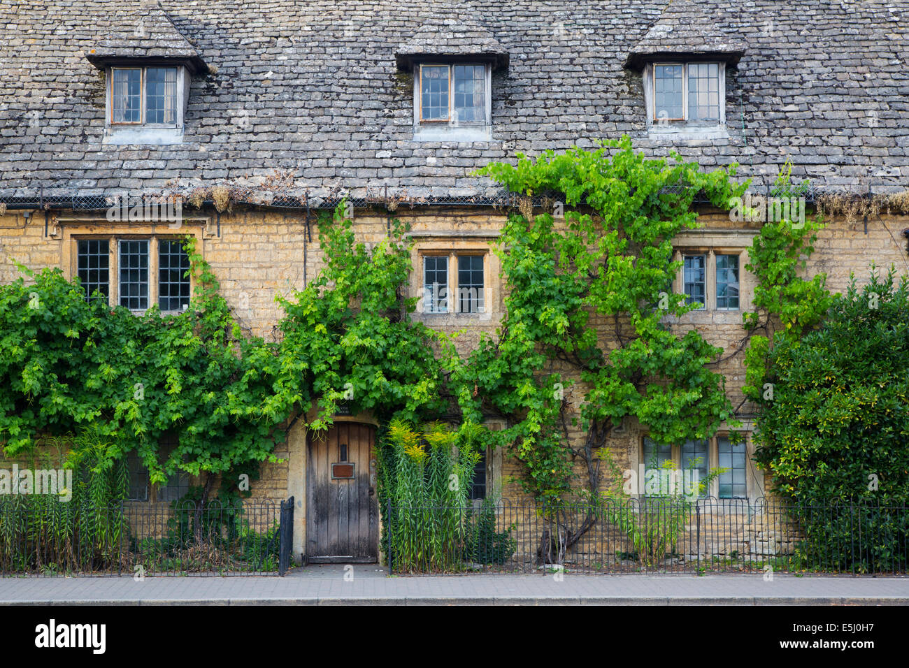 Mesón viejo a lo largo de High Street, Bourton-on-the-agua, los Cotswolds, Gloucestershire, Inglaterra Foto de stock