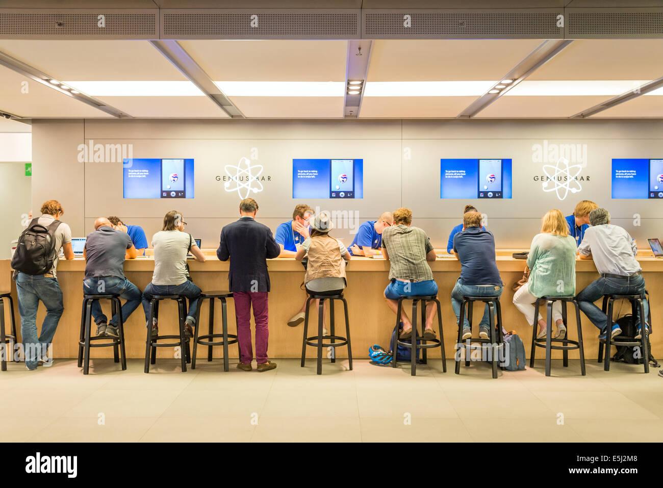 Servicio de asistencia al cliente en la barra de Genius en el Apple Store, Londres, Inglaterra, Reino Unido. Imagen De Stock