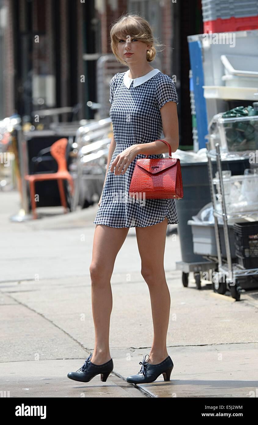 Nueva York, NY, EUA. 1 de agosto de 2014. Taylor Swift y acerca del Celebrity Candids - FRI, Nueva York, NY El 1 Imagen De Stock