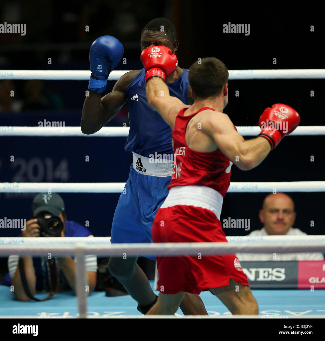 SECC Glasgow Escocia el 1 de agosto del 2014. Día 9 Boxeo semifinales. Antony Fowler ENG latidos Benny Muziyo Imagen De Stock