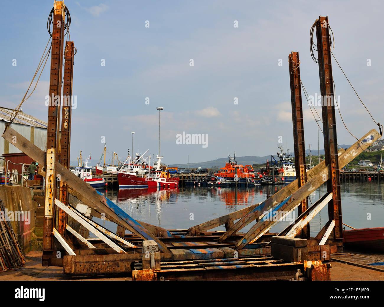 Barcos enmarcada por una cuna del buque en el puerto de Mallaig, Escocia Imagen De Stock