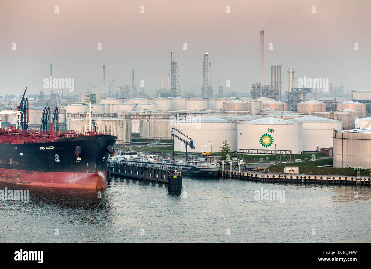 Países Bajos, Rotterdam, el puerto de Rotterdam. Puerto o puerto. Almacenamiento de aceite BP company Imagen De Stock