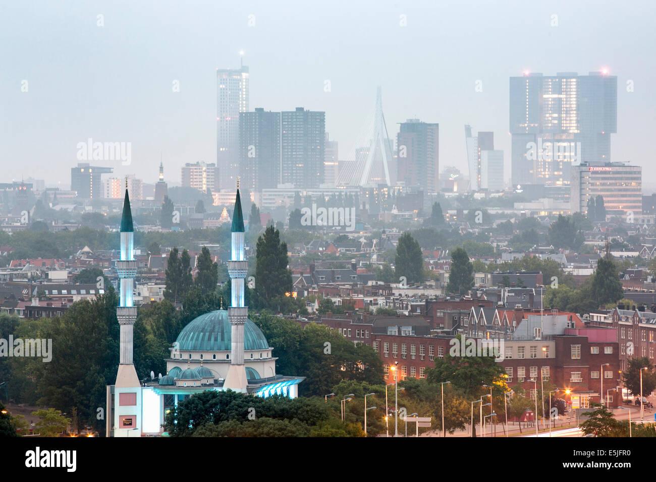 Países Bajos, Rotterdam, vistas de la mezquita y el horizonte. Mañana al atardecer. Imagen De Stock