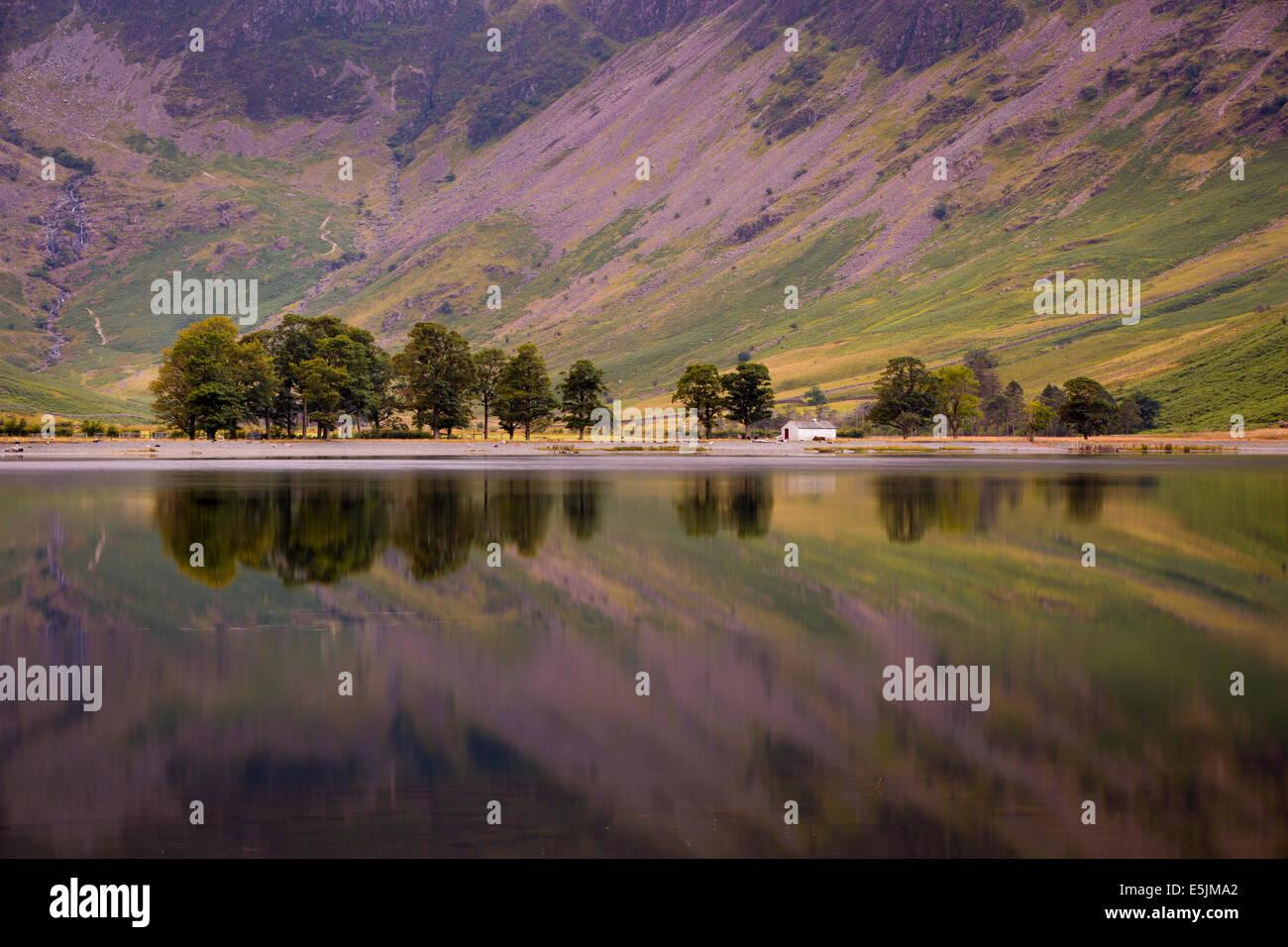 Reflexiones previas al amanecer sobre el lago Buttermere, Cumbria, Lake District, Inglaterra Imagen De Stock