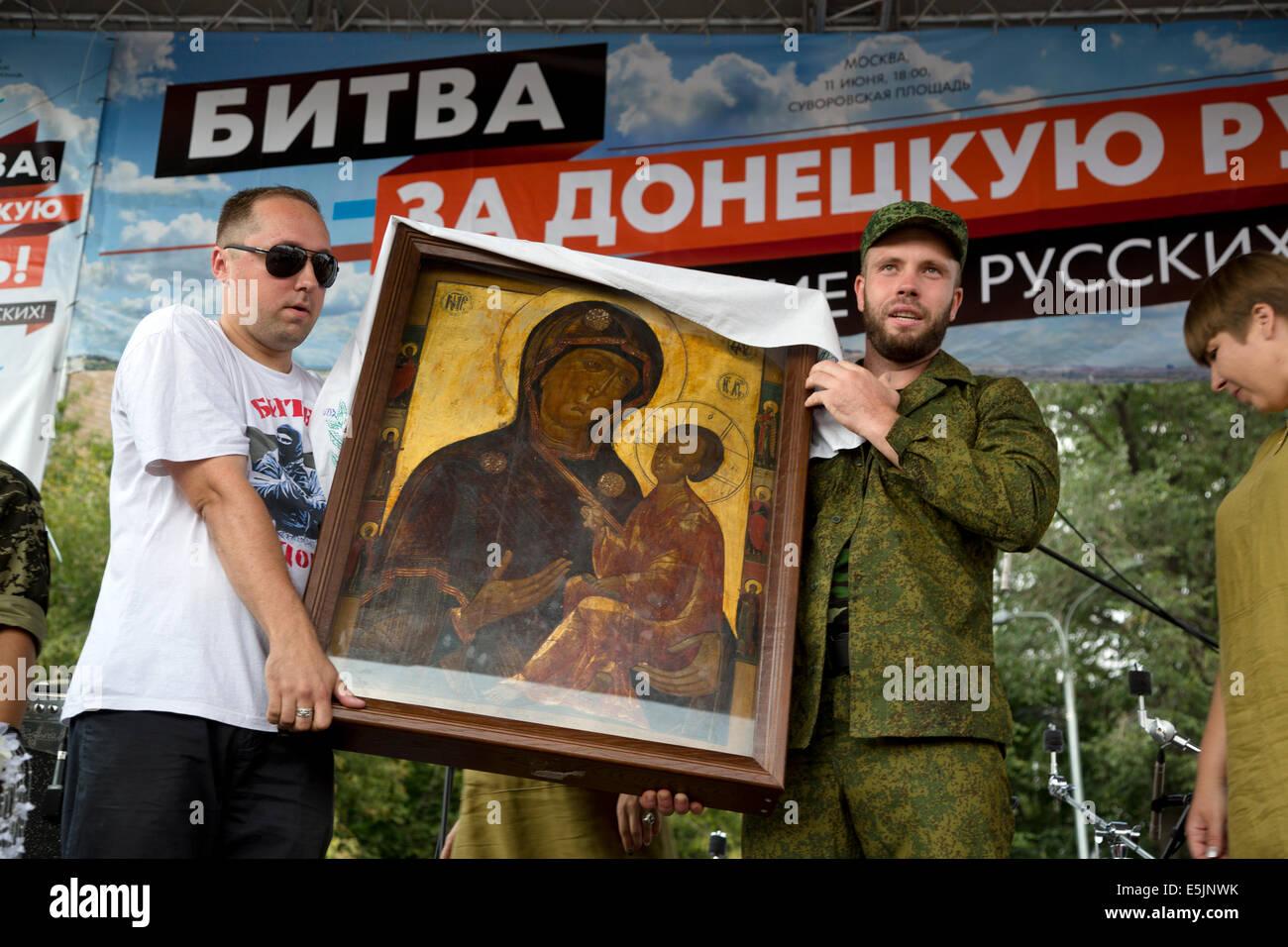 Moscú, Rusia, el 2 de agosto de 2014. Tikhvin del icono de la Madre de Dios en la manifestación en apoyo Imagen De Stock