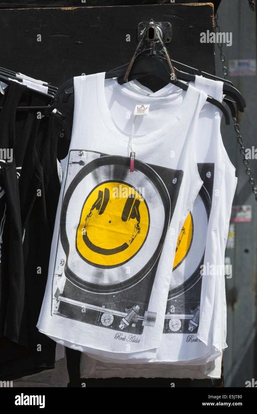 Sin mangas con una cara sonriente en el mercado de Camden, Londres, Reino Unido. Imagen De Stock