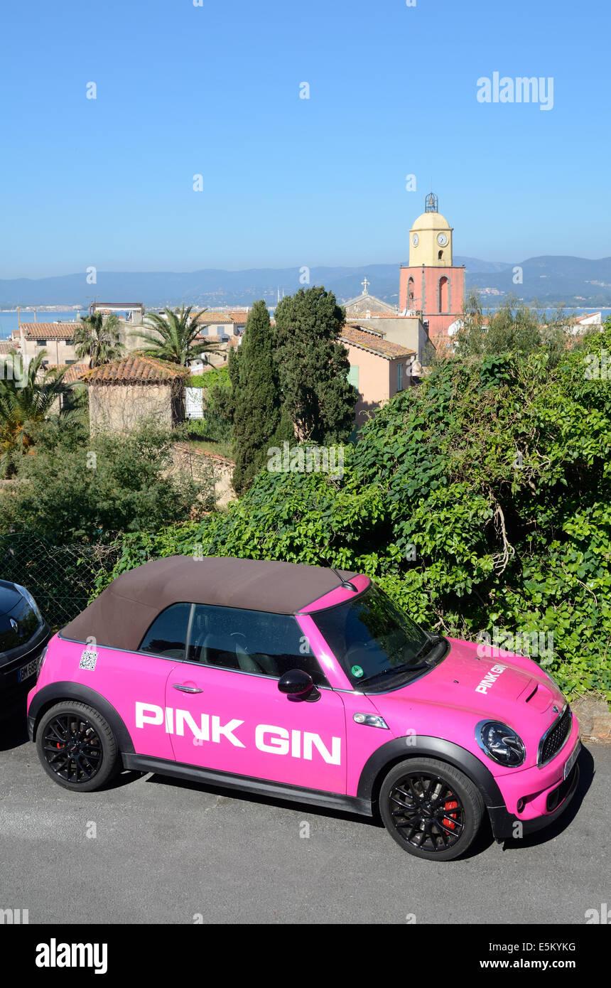 Pink Gin coche publicidad, publicidad o rosa coche Mini Cooper Convertible en frente del casco antiguo de Saint Imagen De Stock