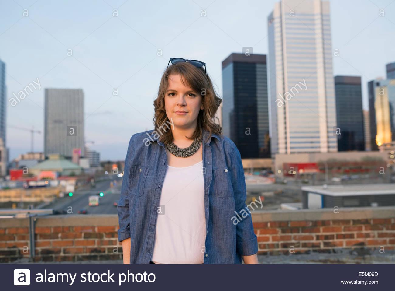 Retrato de mujer en terraza urbana Imagen De Stock
