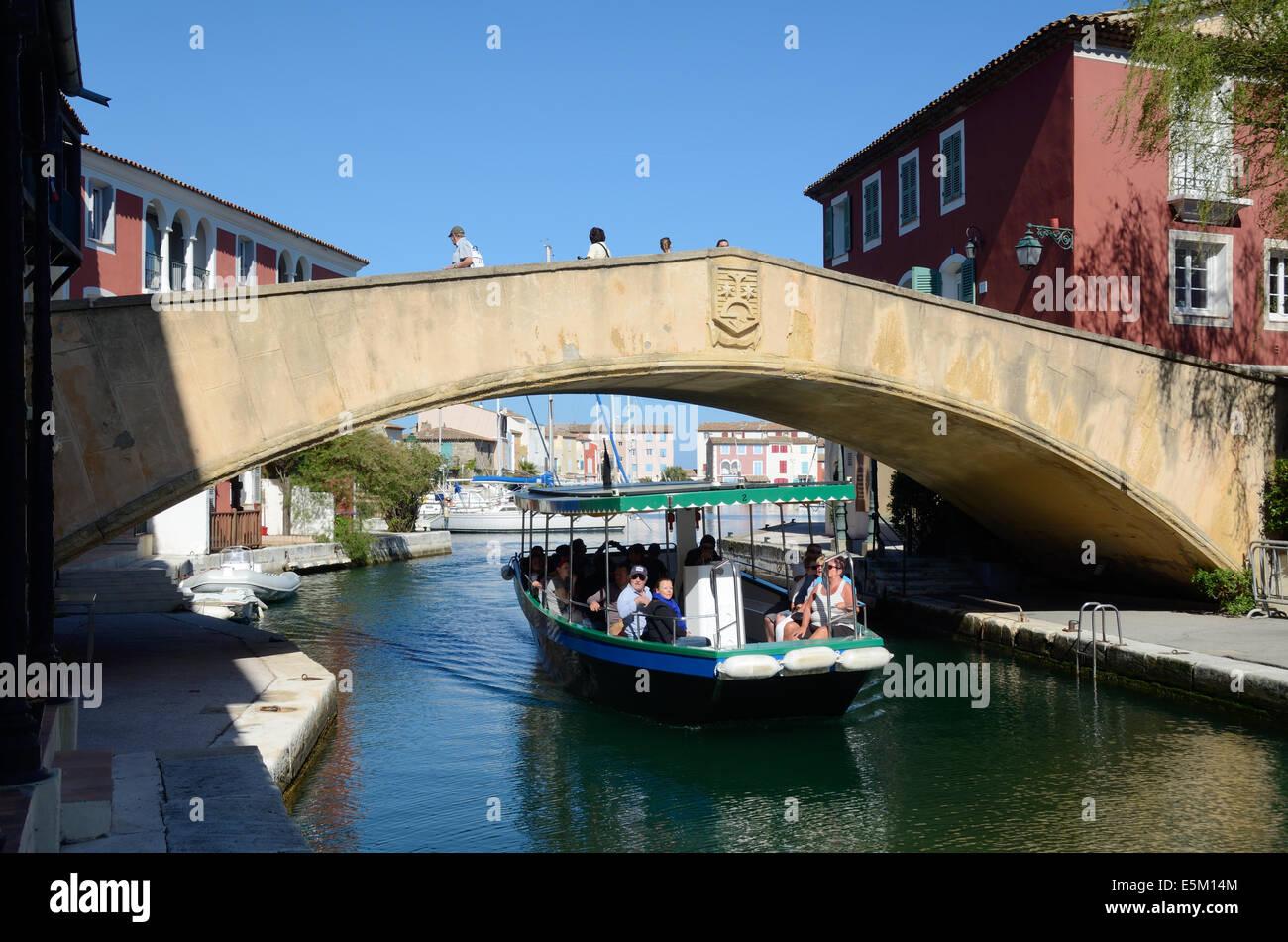 Viaje en barco y un puente peatonal en la Ciudad Resort Port Grimaud Var Provence Côte d'Azur de Francia Imagen De Stock
