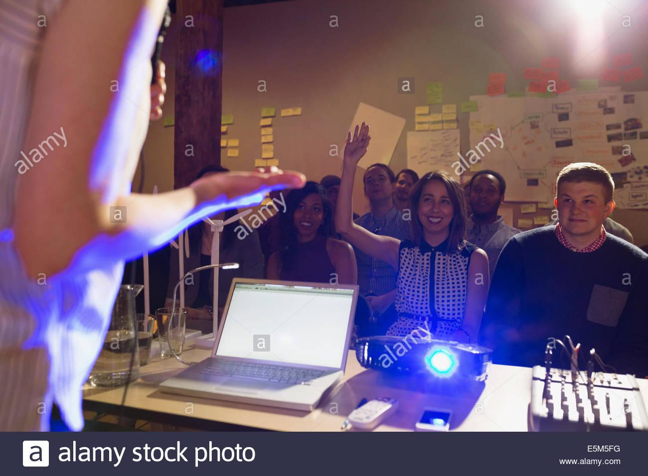 Miembro de la audiencia levantando la mano en la presentación Imagen De Stock