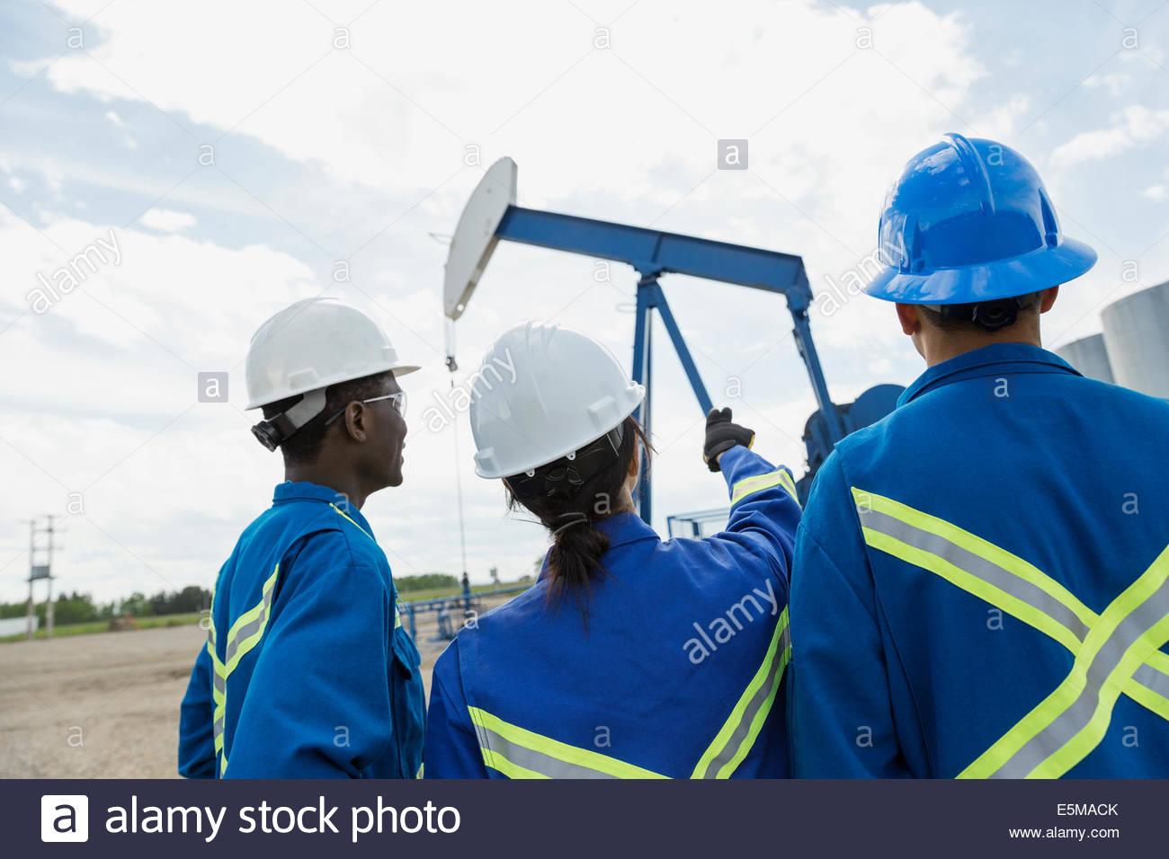 Los trabajadores mirar bien de aceite Imagen De Stock
