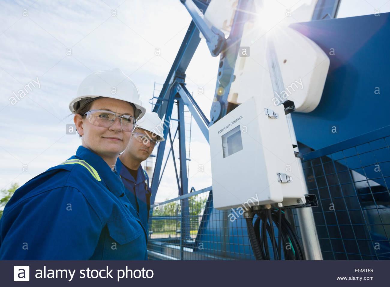 Los trabajadores en el pozo de petróleo Foto de stock