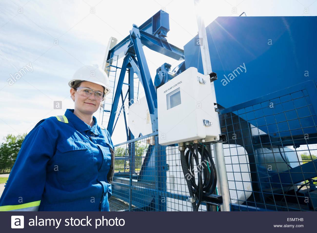 Trabajadora en el pozo de petróleo Imagen De Stock