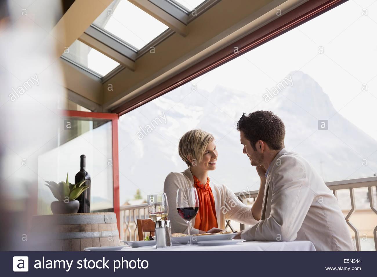 Pareja romántica en el restaurante table en balcón Imagen De Stock