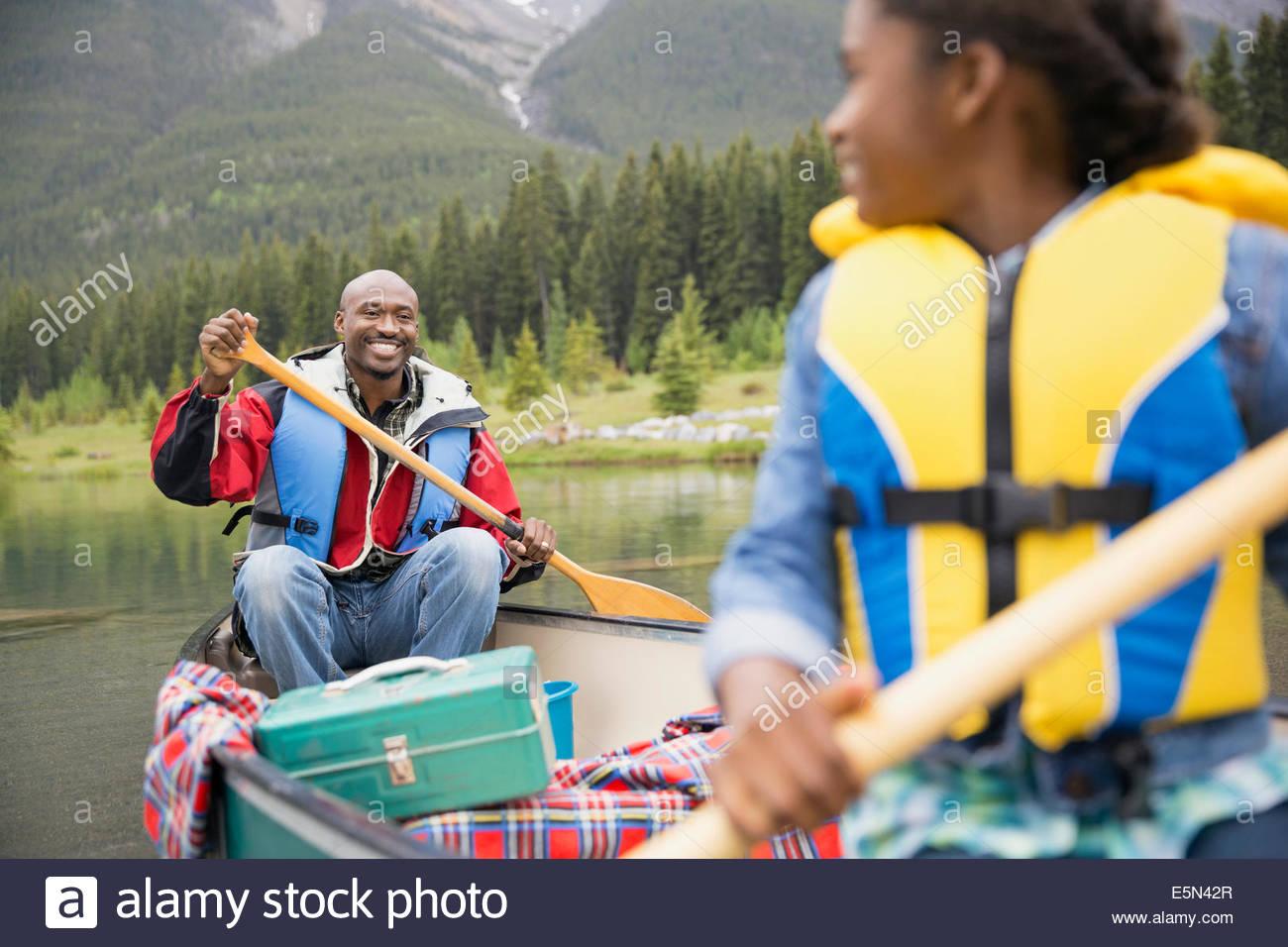 Padre e hija, canotaje en el lago Imagen De Stock