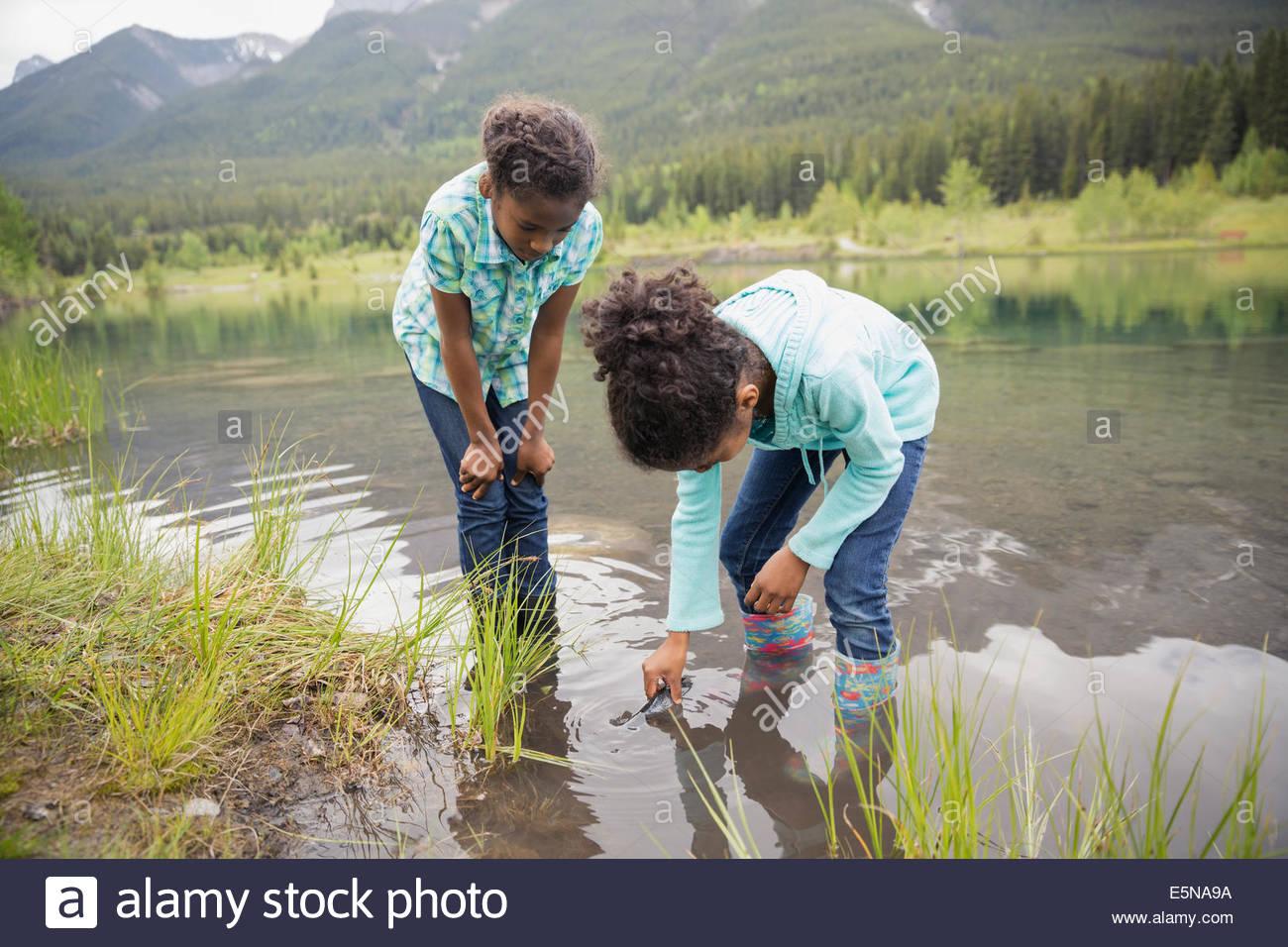 Las niñas a la captura de peces en el lago Imagen De Stock