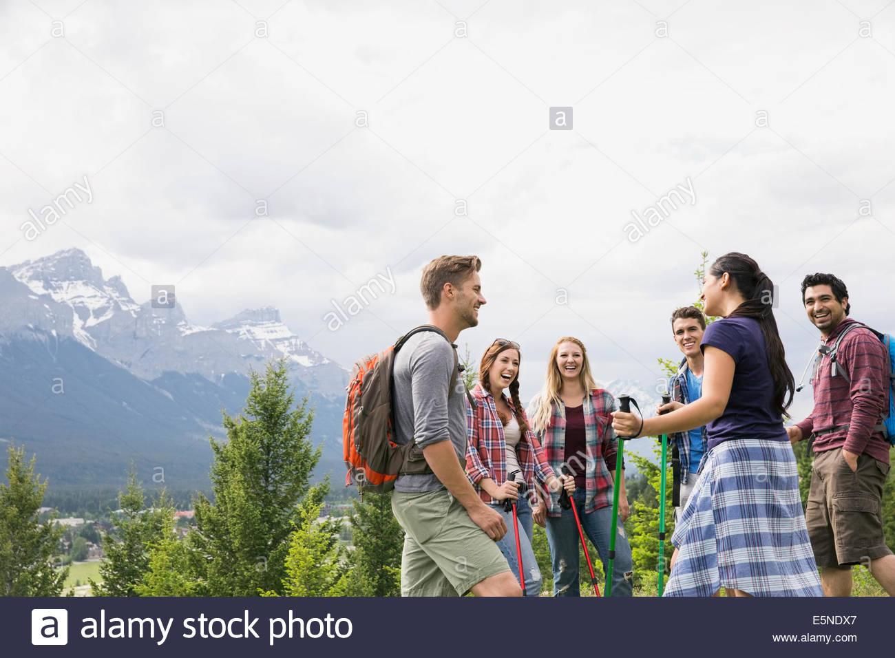 Amigos senderismo cerca de las montañas Imagen De Stock