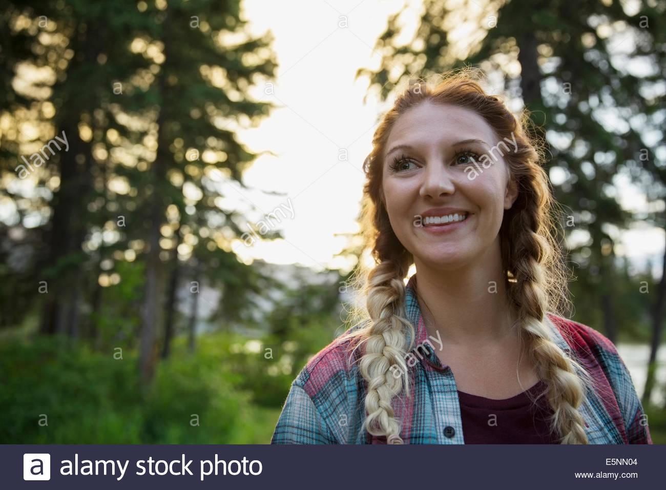 Mujer sonriente en maderas Imagen De Stock